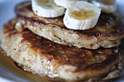 Pancakes protéinés avec avoine en poudre, flocons d'avoines, whey, banane.