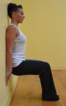 Travailler cuisse abdo fessier avec l'exercice de la chaise